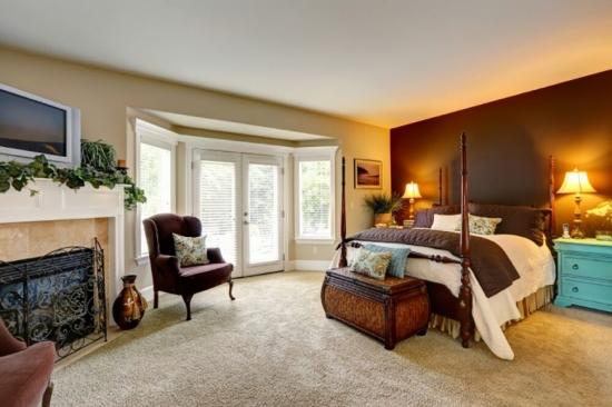 Mocheta de lana moale in dormitor cu perete de accent maro inchis
