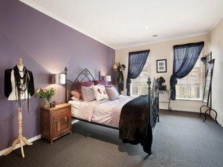 Perete mov si mocheta gri inchis in dormitor romantic