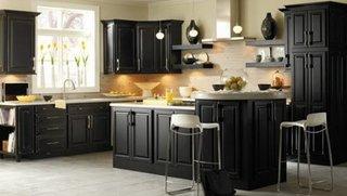 Design cu mobila neagra de bucatarie