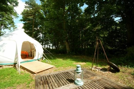 Cort pentru camping in mijlocul naturii