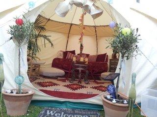Idee pentru amenajarea unui cort in gradina casei ca si loc de relaxare