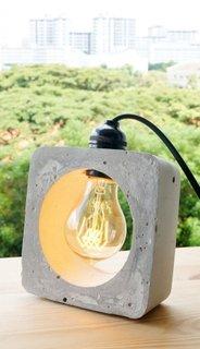Lampa cu un abajur aparte cu un bec intr-o piatra sculptata