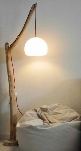 Lampadar cu picior din lemn