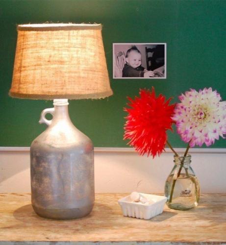 Perete verde si lampa cu picior din vas de bucatarie