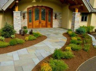 Aleee intrare in casa placata cu dale mari din granit