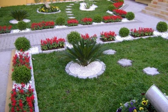 Alei in curte cu ronduri de flori pe margini
