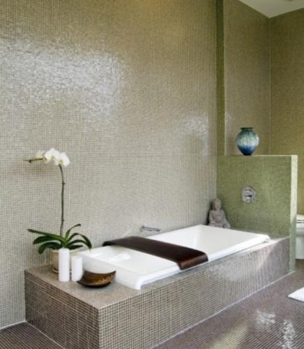Baie amenajata in combinatie de mozaic gri si mozaic verde