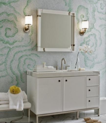 Baie cu mobilier alb si pereti cu mozaic alb cu flori mari vernil