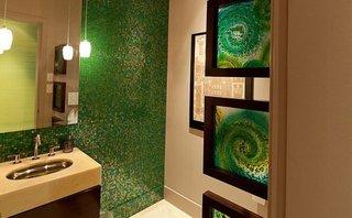 Baie cu mobilier wenge pereti crem si perete placat cu mozaic verde cu reflexii stralucitoare