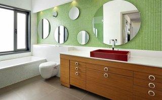 Baie mare si luminoasa cu un perete placat partial cu mozaic verde