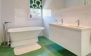 Baie mica cu pereti albi si pardoseala cu gresie mozaic verde cu rosturi albe