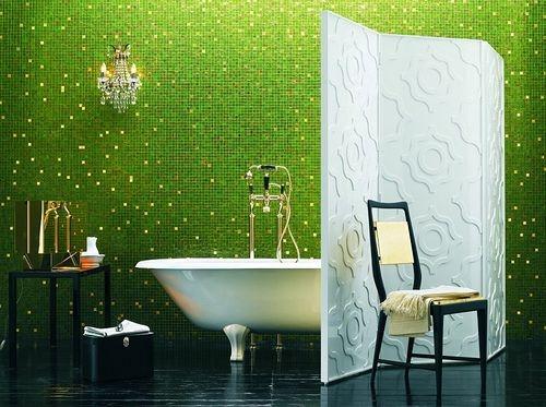 Baie moderna amenajata luxos cu cada cu picioare si pereti cu mozaic verde intens