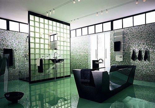 Baie moderna cu cada cu pereti din sticla si pardoseala verde