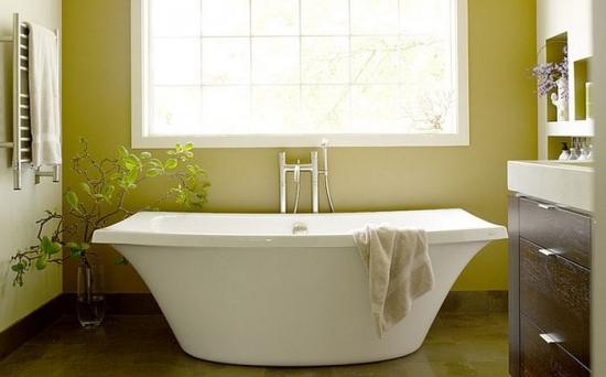 Model modern de cada solitara intr-o baie cu pereti verde galbui