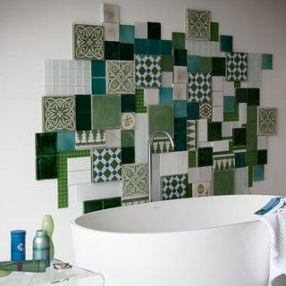 Model patchwork pe peretele de deasupra lavoarului din baie