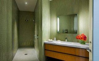 Placarea peretilor unei bai cu faianta verde combinata cu gresie mozaic gri