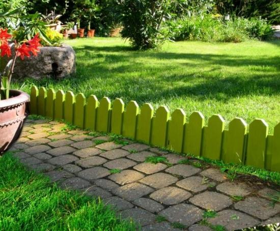 Gradina cu gard pitic din lemn verde