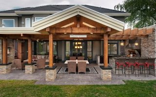 Bucatarie exterior din lemn si piatra