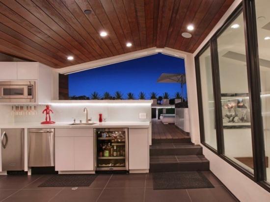 Design elegant bucatarie de vara cu acoperis in doua ape