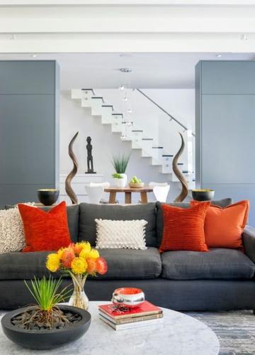 Canapea fixa de trei locuri gri si perne colorate