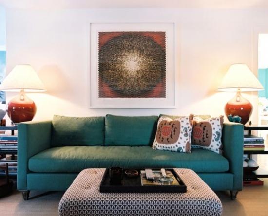 Canapea verde cu perne decorative cu imprimeu