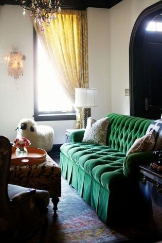 Living clasic cu canapea verde de catifea