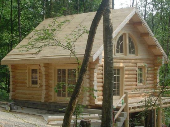 Cabana la munte construita din busteni prelucrati