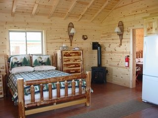 Interior de cabana din lemn cu mobilier din busteni