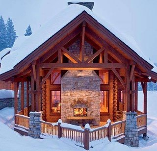 Cabana din lemn cu semineu exterior din piatra