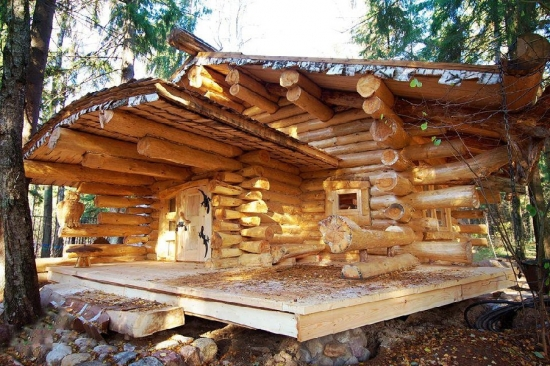 Cabana din lemn rotund la munte