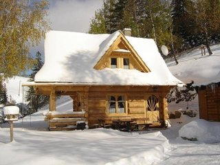 Cabana mica din busteni cu terasa acoperita
