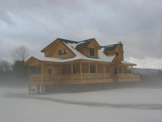 Casa din lemn ridicata pe piloni