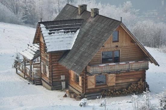 Casa placata cu lemn si acoperis cu sindrila din lemn