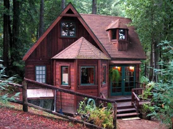 Casa cu foisor din lemn acoperit lipit de casa