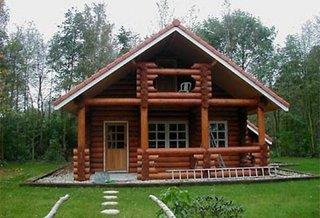 Casa mica rustica cu mansarda fatada de lemn