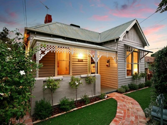 Casa mica rustica cu pridvor
