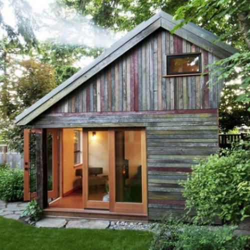 Casa rustica de lemn cu geamuri si usi mari