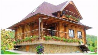 Casa rustica din busteni cu soclu de piatra