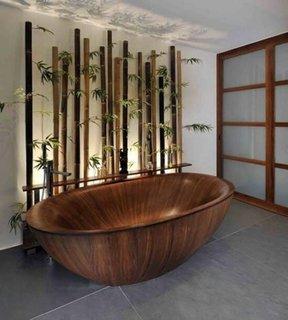 Baie amenajata in stil asiatic cu cada din lemn de bambus