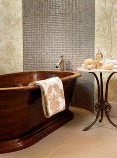 Baie cu perete pacat cu mozaic gri perlat si cada ovala din lemn