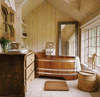 Baie cu peretii placati cu dusumea de lemn si mobilier si obiecte sanitare din lemn