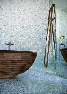 Baie moderna cu mozaic bleu si alb si cada de baie din lemn model oval stil barca