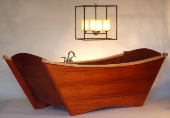Cada din lemn de teak in forma de barca