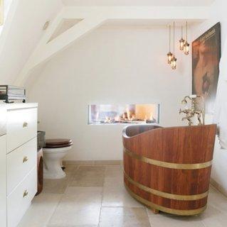 Cada din lemn ovala model butoi din lemn pentru o baie mica de mansarda