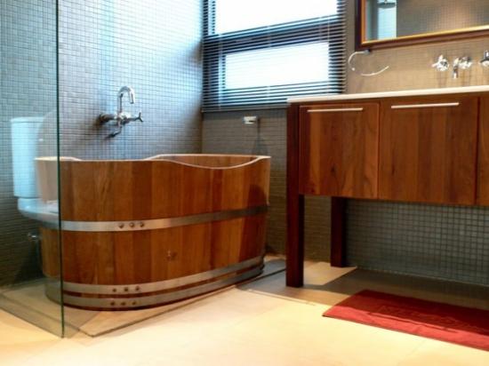 Cada model butoi din lemn in baie moderna