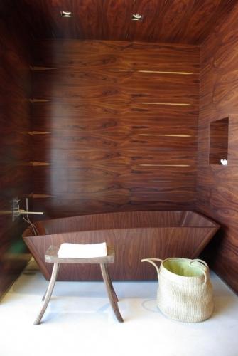 Design modern de baie cu peretii si cada din lemn de mahon