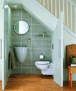 Chiuveta suspendata pentru o baie sub scara