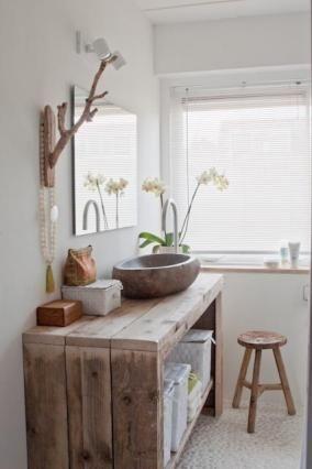 Blat de lemn drept suport pentru o chiuveta din marmura