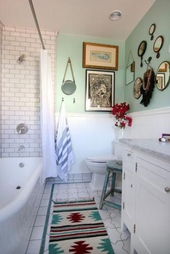Covoras cu imprimeu dinamic asortat cu peretii si decoratiunile de baie
