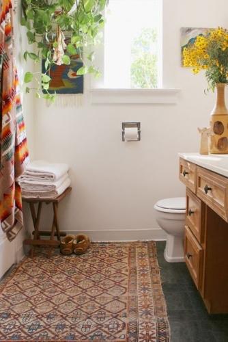 Interior confortabil de baie in stil rustic